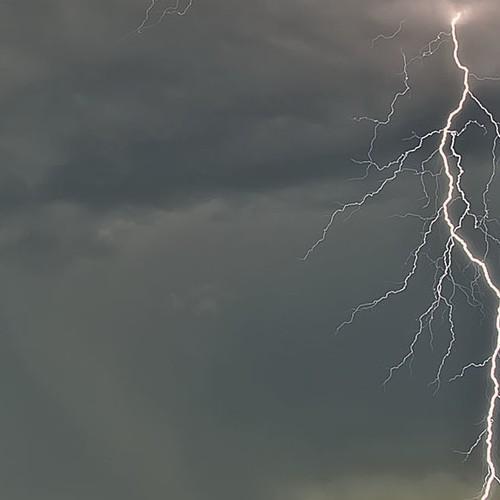 """Τοπικές """"λασποβροχές"""" και μεμονωμένες καταιγίδες αύριο Δευτέρα."""