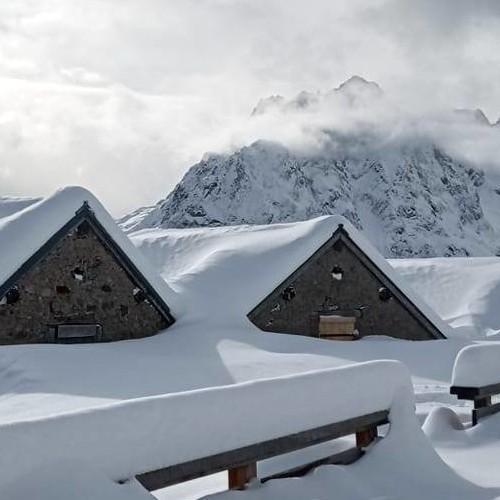 Μεγάλες ποσότητες χιονιού έπεσαν την Πρωτοχρονιά στις Άλπεις.