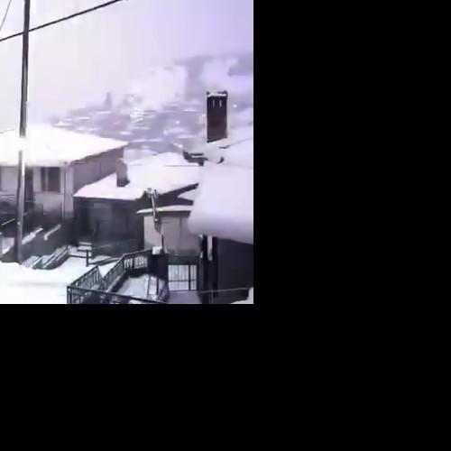 Χιονοκαταιγίδες σε εξέλιξη σε πολλές περιοχές της Ηπείρου-Δ. Μακεδονίας.. Κεραυνός πέφτει μπροστα στην κάμερα.