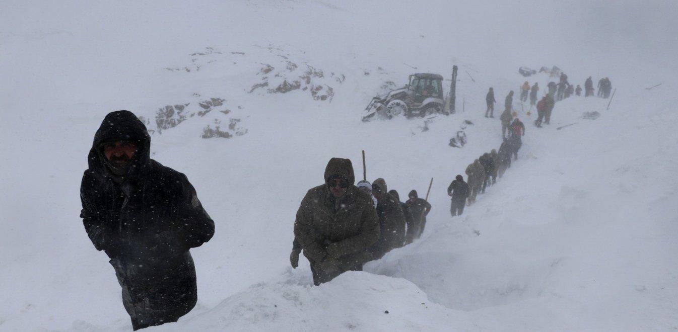 Τραγωδία 31 νεκροί από χιονοστιβάδες - Δίνουν μάχη οι διασώστες.