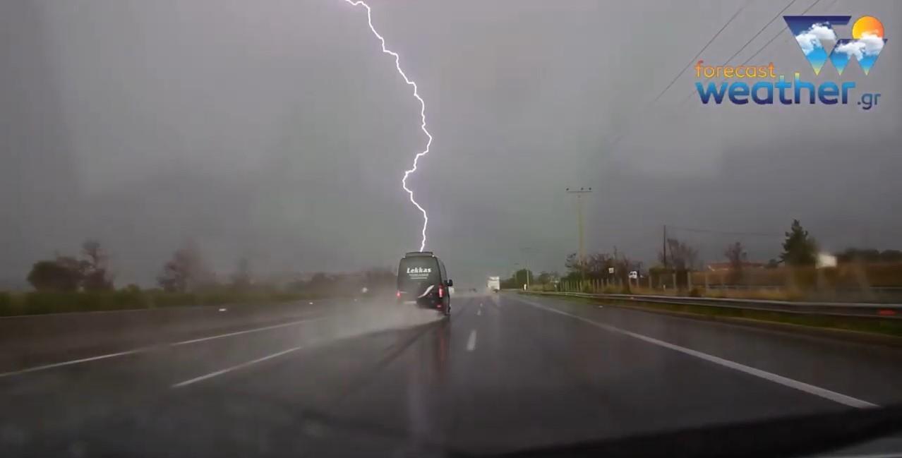 Κεραυνός πέφτει στην Εθνική Οδό στο ύψος της Μαλακάσας.
